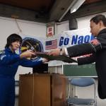 山崎直子さんからMRP広崎理事長へOFK贈呈